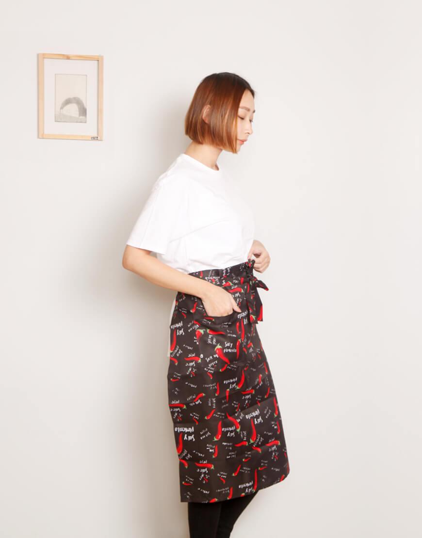 滌綸半身單口袋圍裙 - 黑底紅辣椒